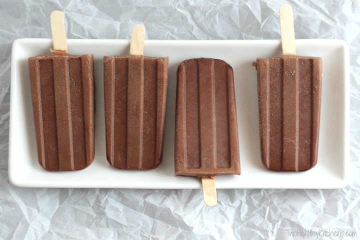 4-Ingredient Fat Free Chocolate Pops Recipe (Easy Homemade Fudgesicles) {www.TwoHealthyKitchens.com}