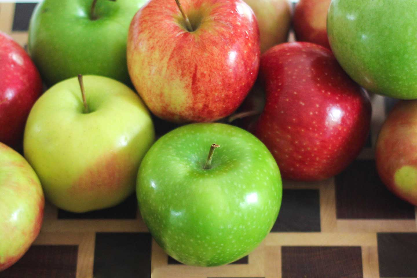 different varieties of apples in different colors